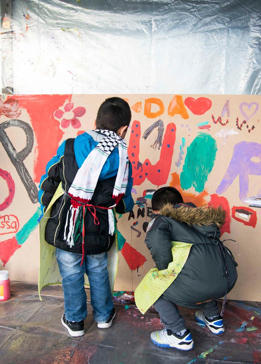 Gemensam målning av stor tavla utanför LAB under ledning av konstnären Mo AlShayeb. Foto: Julia Andersson.