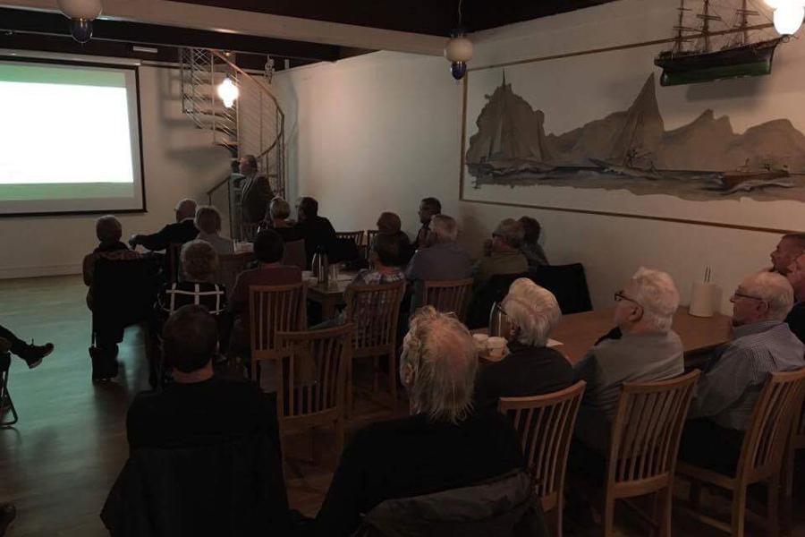 Med stort intresse lyssnade medlemmarna i Landskrona Segelsällskap på kapten Carsten Hedlunds historier från Ostindiefararen Götheborg.