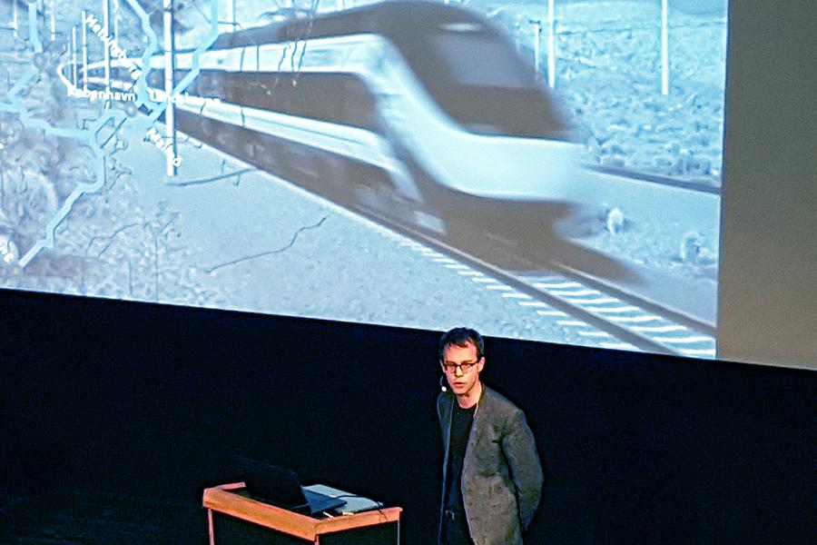 Mattias Schriever-Abeln, Landskronas stads samordnare för utredningsarbetet kring Europaspåret höll i samband med ett frukostseminarium på teatern nyligen för stadens företagare ett föredrag om stadens planer för en Öresundstunnel.