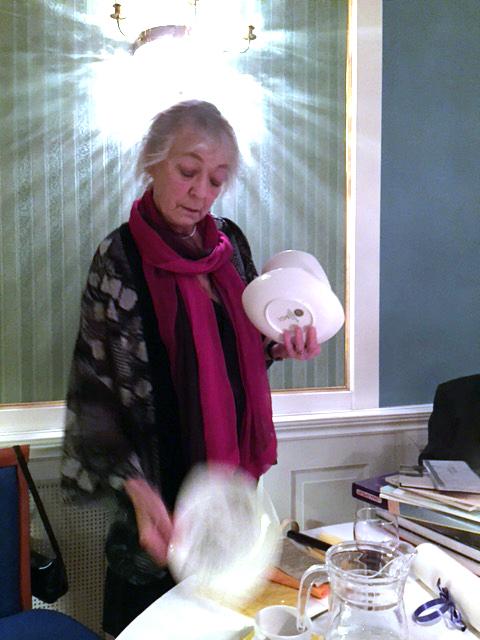 Bibbi Andersson höll i den auktion där föreningens samlade Landskrona-material gick under klubban. Intäkter från auktionen kommer nu tillsammans med föreningens kassa skänkas till Malvan.
