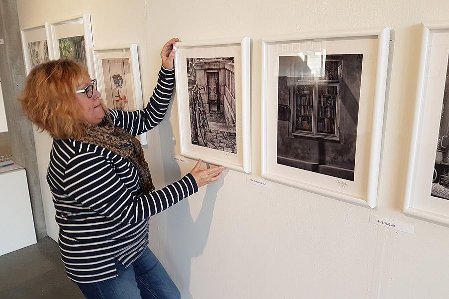 Caysa Molin lägger en sista hand på sina fotografier.