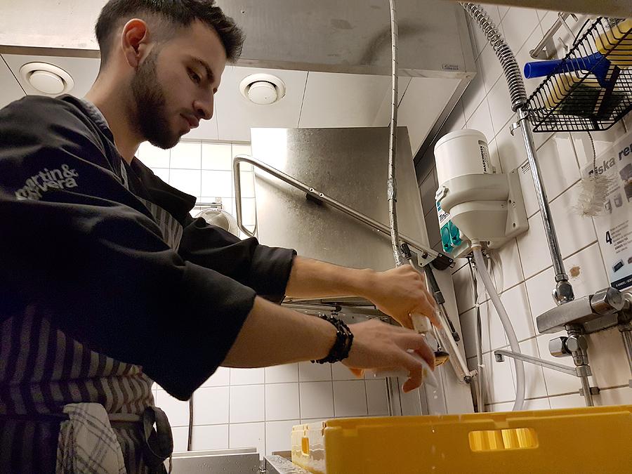 Mohammed Al-Hassan diskar av det sista innan det är dags att sätta sig till bords.