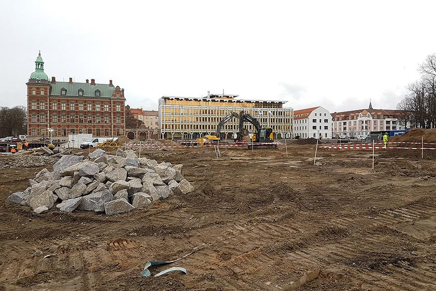 Markarbetet på Stadskajen pågår för fullt och så snart byggnationen tar fars å kommer VVS-folk från Carl Philips att dra fram allt till vatten och värme.