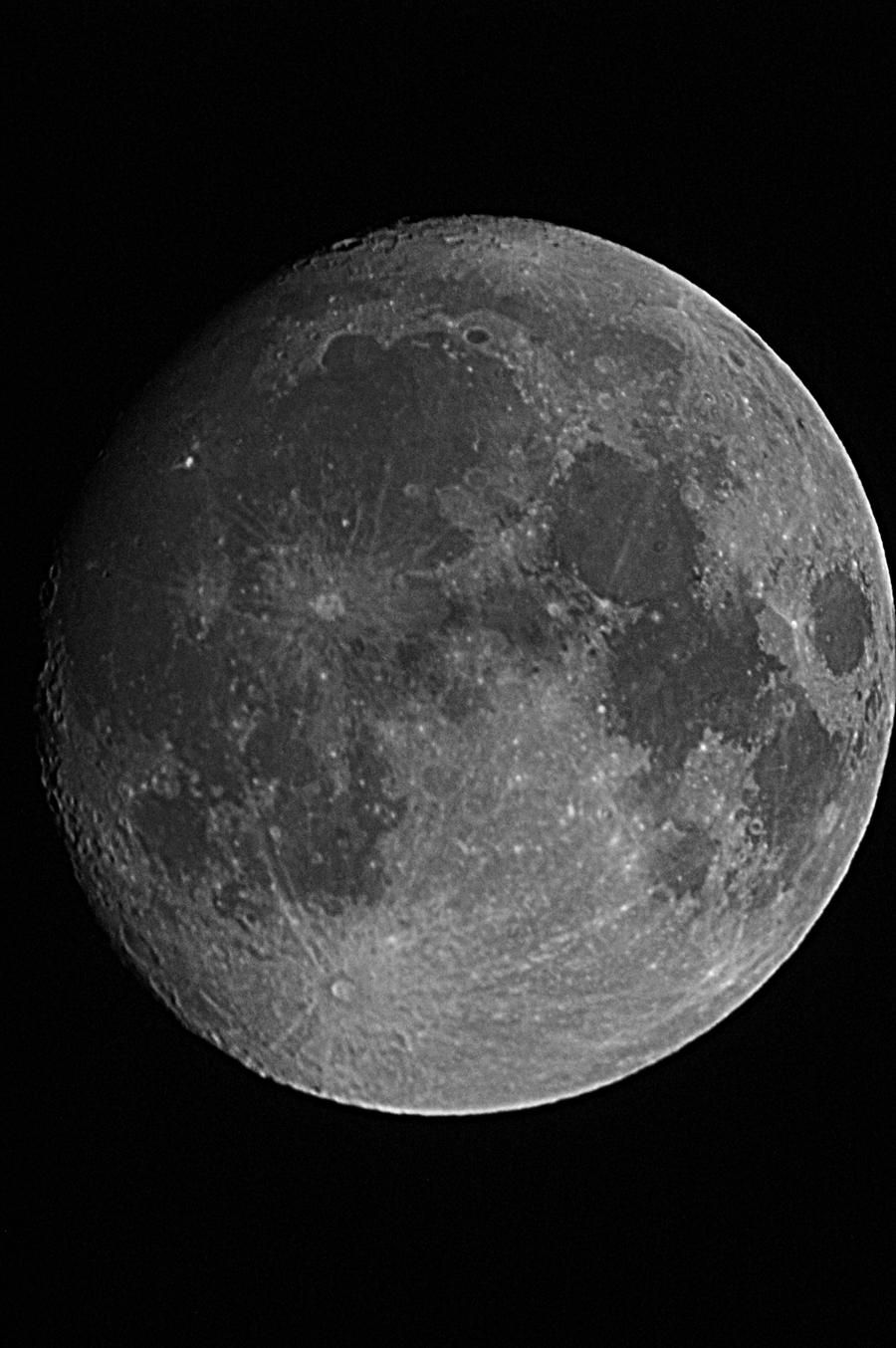 Månen i lördags vid 21-tiden. Foto: Bengt Rosengren.
