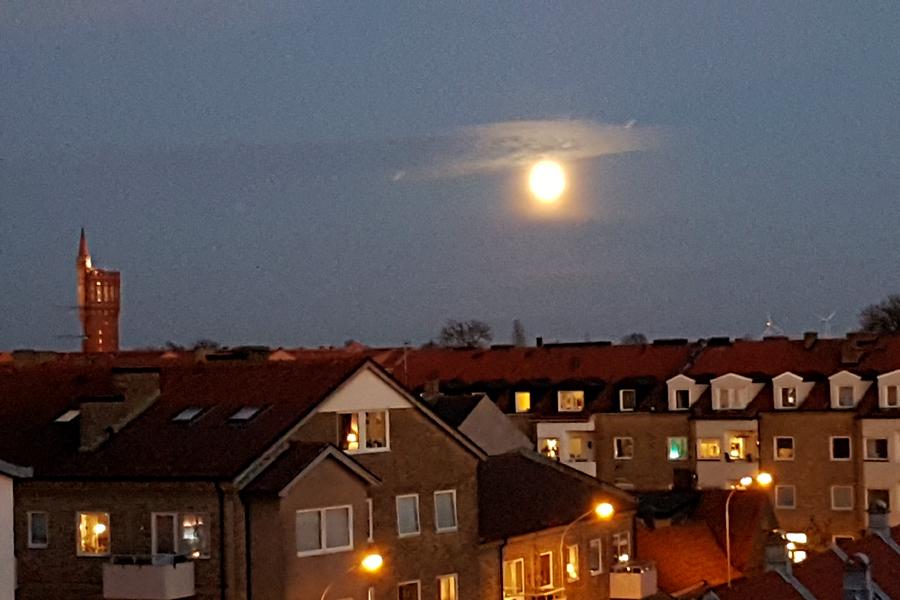 Så här såg supermånen ut från Landskrona Direkts redaktion i söndags vid 17-snåret.