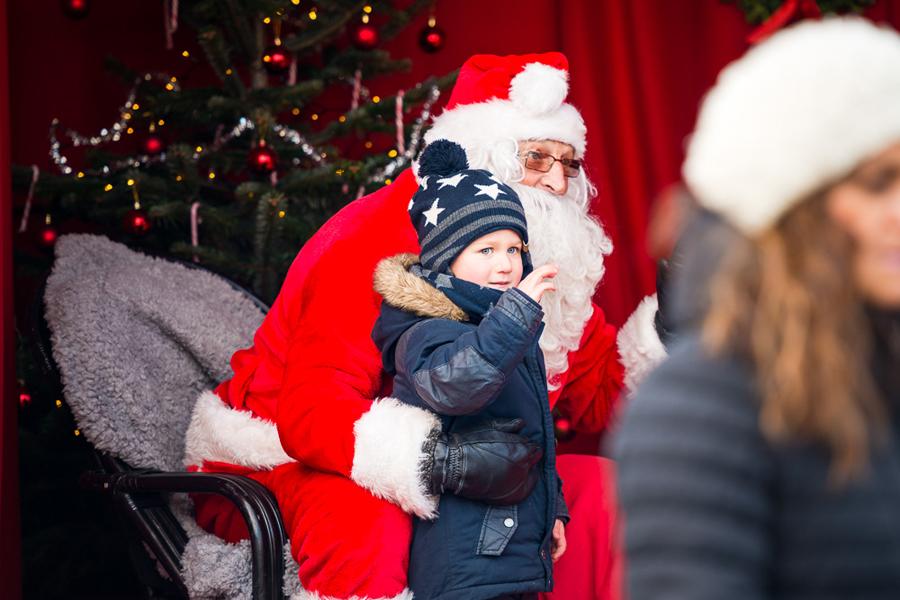 I Julparken på Kasernplan kunde man träffa tomten och ge sin önskelista. Foto: Niklas Lydeen.