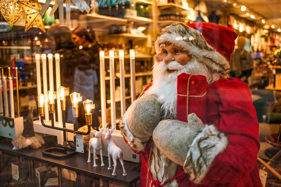 Det råder julstämning i många skyltfönster i stan. Foto: Niklas Lydeen