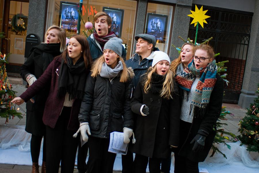 Flera ambulerande körer bjöd på både klassiska julsånger och gospel. Foto: Niklas Lydeen.