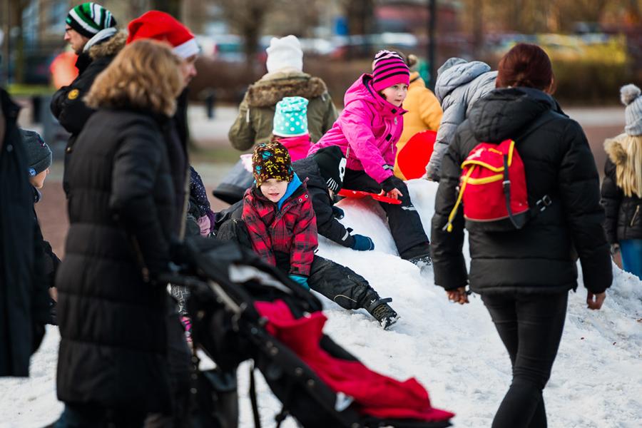 Att leka i riktig snö var ett populärt inslag i Julparken. Foto: Niklas Lydeen.