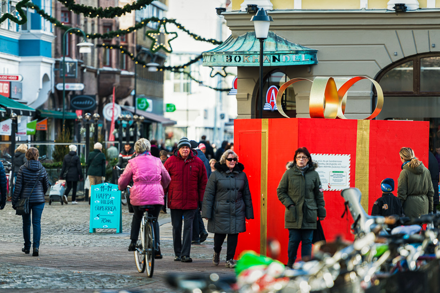 Ett rött paket med guldsnöre. Foto: Niklas Lydeen