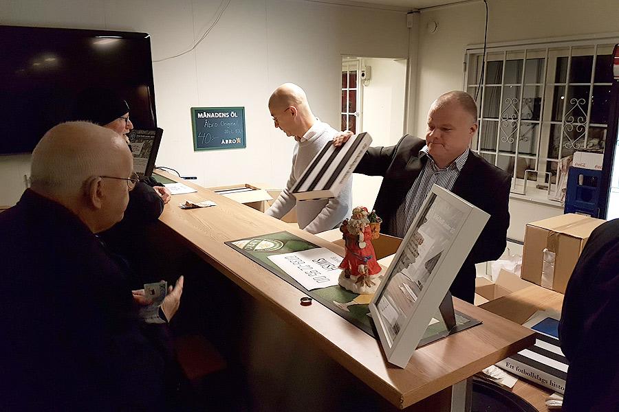 Mats Heuman till vänster bakom disken fick ta hjälp av Anders Lindfors från BoIS för att köerna inte skulle bli allt för långa.