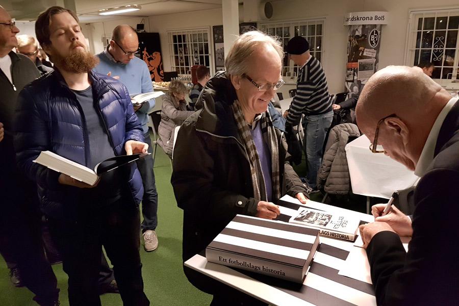 Åke Jönsson var flitig med pennan då han signerade sin bok om BoIS hundraåriga historia.