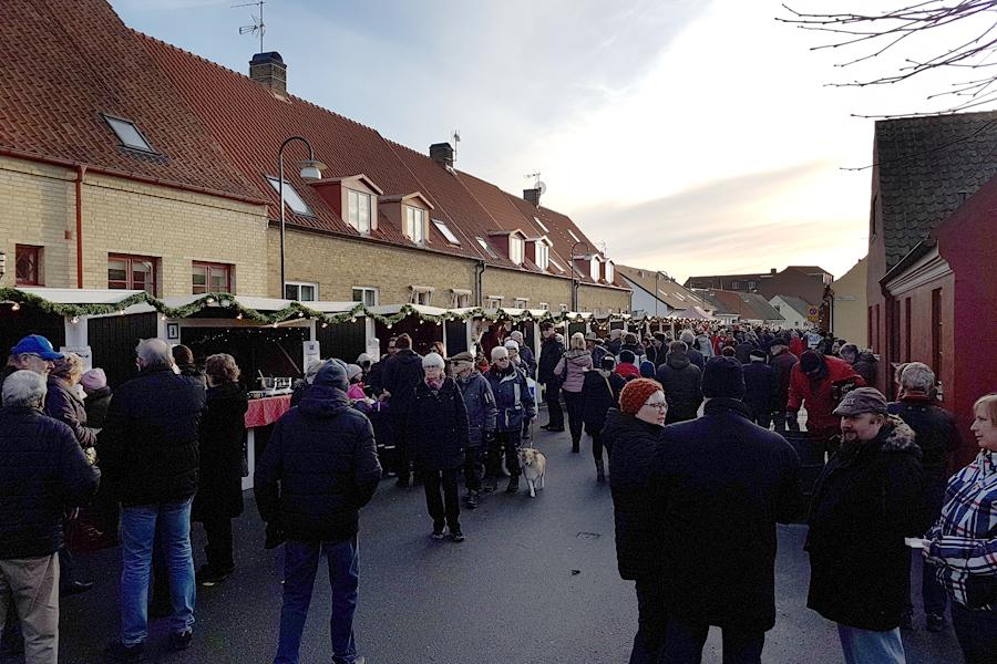 Från klockan 12.00 strömmade Landskronabor och utombys till kvarteren runt Kvarntorget för att delta i årets julmarknad