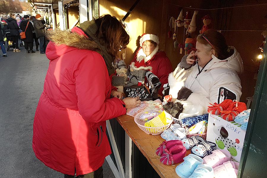 Det var många som passade på att köpa julklappar på marknaden.