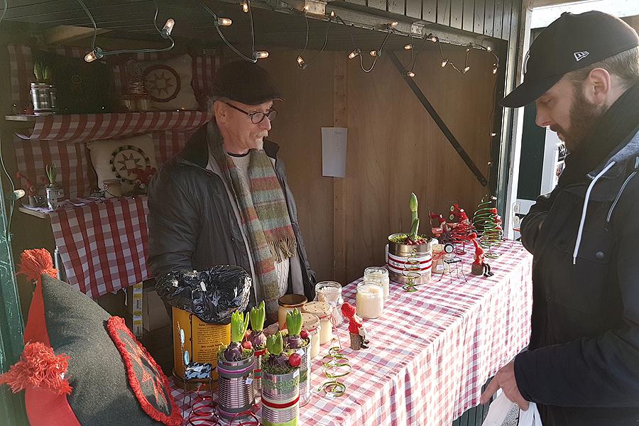 Landskrona Direkts krönikör Jonas Arancic Englund passade på att köpa honung med smak av mynta.