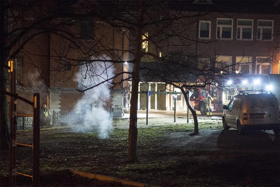 Fyrverkerier fyrades av mot brandmän