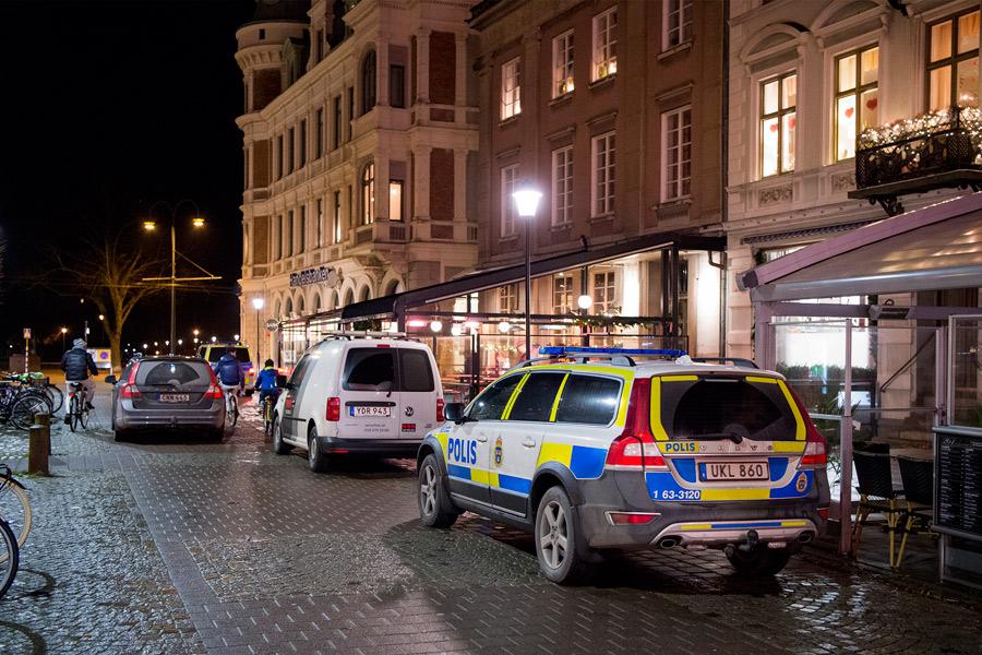 Polisen var snabbt på plats efter att Speakers Corner rånats den 28 december. Några gärningsmän har man dock inte gripit ännu. Foto: André Tajti, AT-Foto.se