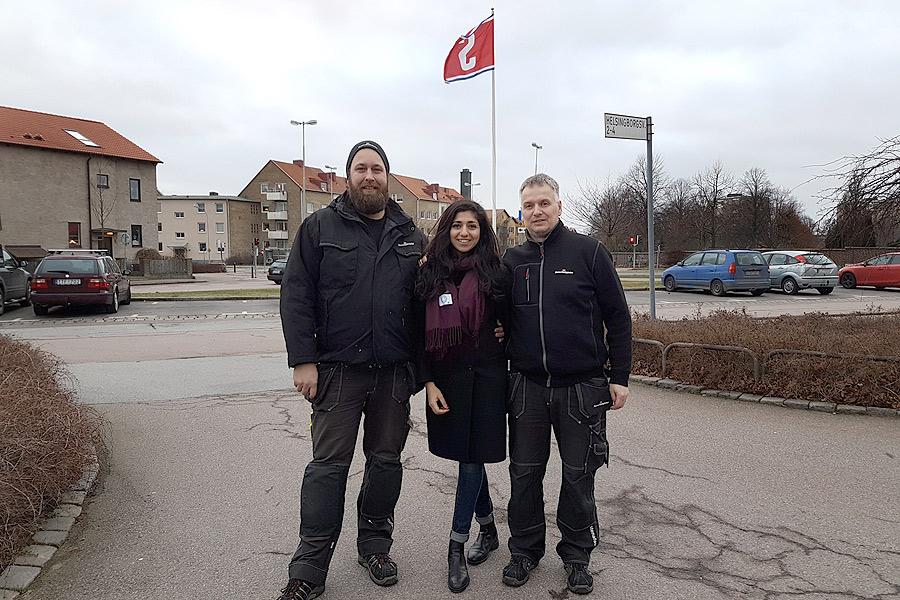 Mikael Olausson och Roger Hansson är två av tre fastighetsvärdar som kommer att vara stationerade i Sandvången. De hissade Stenas flagga på onsdagen tillsammans med uthyraren Nesme Jari.