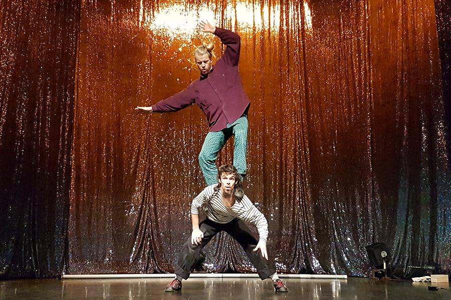 Cirkus, livemusik, poesi och magi på teatern
