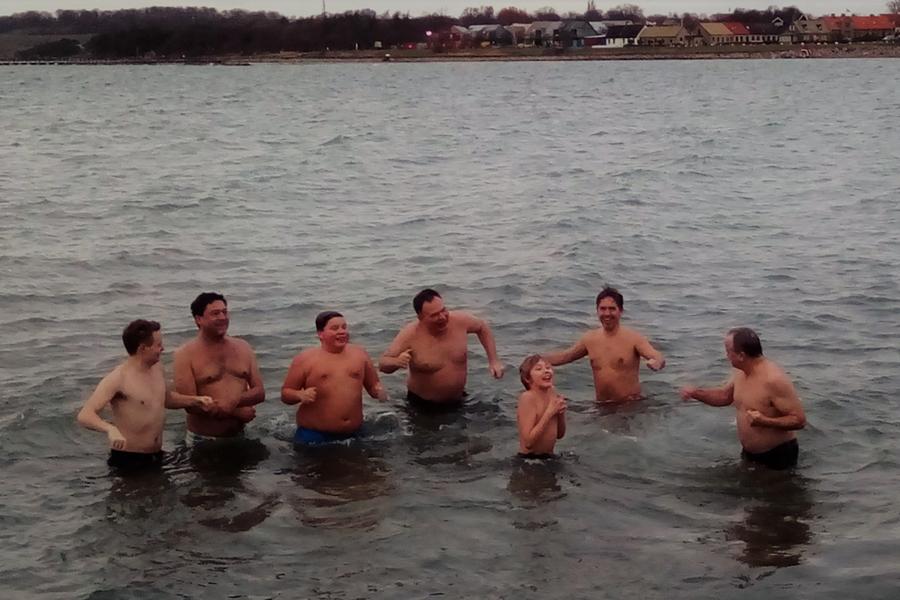Iskalla killar tog första doppet