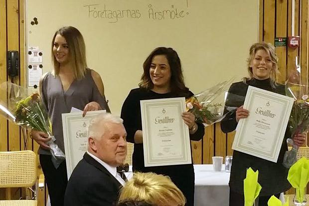 Frisörerna Sofie Andersson, Hanim Gultekin och Molly Mårtensson fick gesällbrev. Foto: Privat