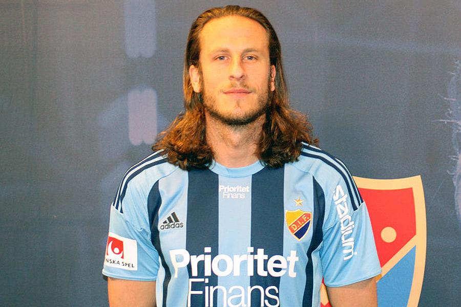 Jonas Olsson verkar ha en vurm för randiga tröjor. Det blir dock inte svartvitrandigt när han nu flyttar tillbaka till Sverige efter 13 år utomlands. Den nya klubben är Djurgården. Foto: DIF Fotboll