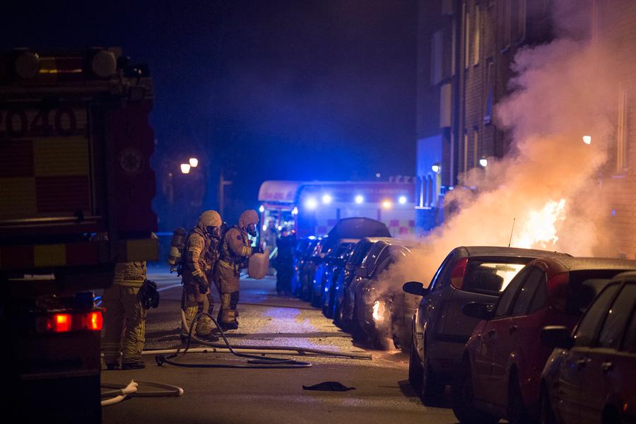 Sju bilar stacks i brand
