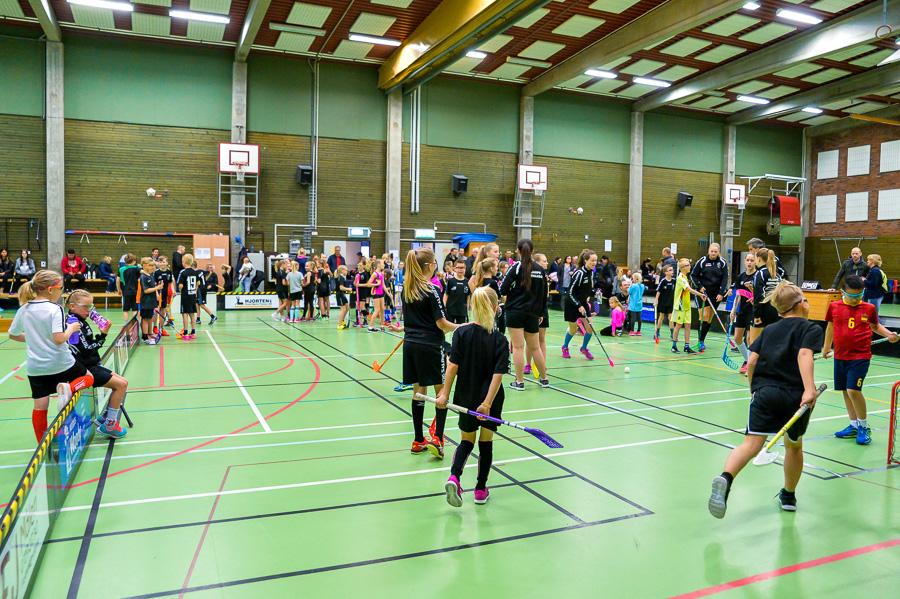 Säsongsavslutningen med chokladinnebandy lockar många till idrottshallen. Foto: Ulf Bjarke, Foto261.se