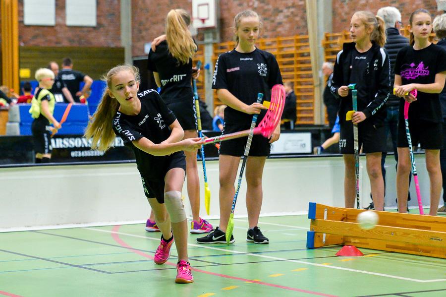 Ida lossar bössan vid speed hooting där man mäter bollhastigheten. Foto: Ulf Bjarke, Foto261.se