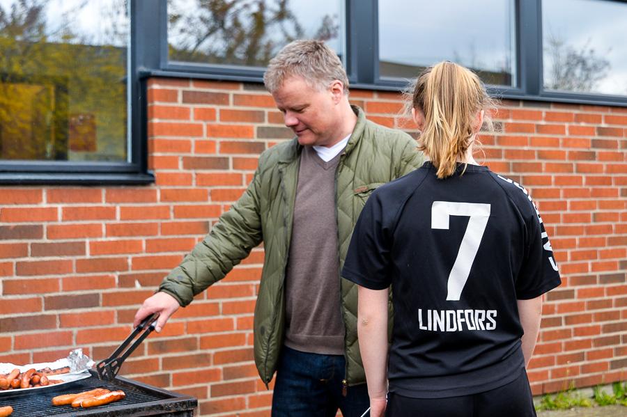 Anders Lindfors svarade för grillen och dottern Hedvig övervakade. Foto: Ulf Bjarke, Foto261.se