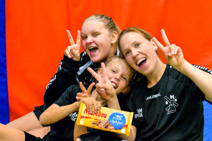Agnes Jönsson-Roswall och Frida Lundgren med dottern Felicia njuter av chokladen. Foto: Ulf Bjarke, Foto261.se