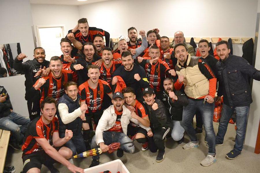 FK Besa firar att man just besegrat Trelleborgs FF med hela 3-0. Till höger på bilden står ordförande Sadik Krasniqi och drömmer om att få möta BoIS. Foto: FK Besa