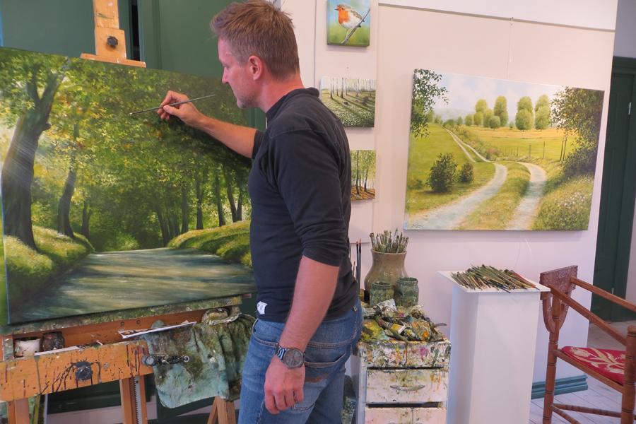 Konstnär målar live under Trädgårdsgillet