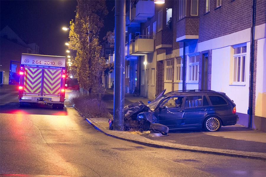 Skadad lämnades kvar i krockad bil