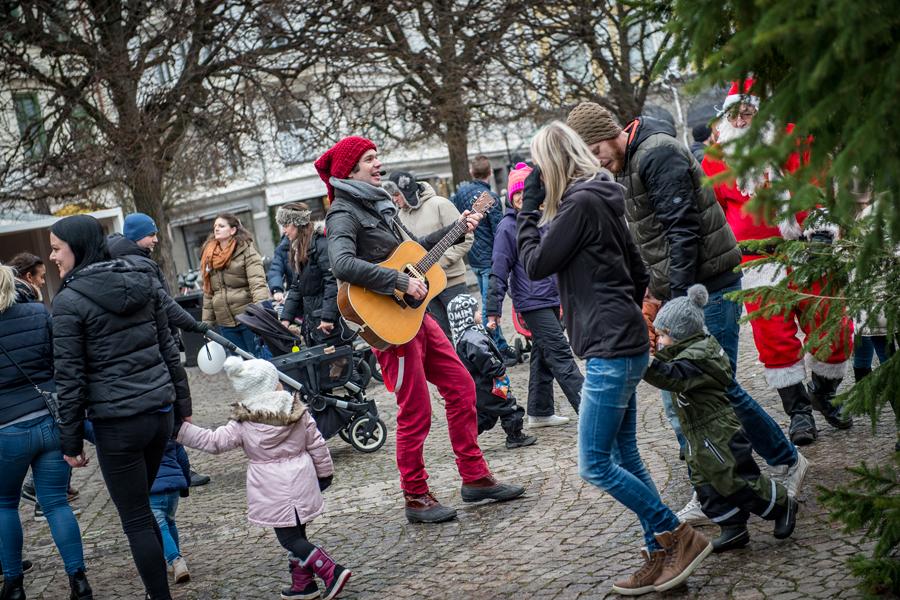 BILDEXTRA – Bus, pyssel och isbana på Barnens Juldag