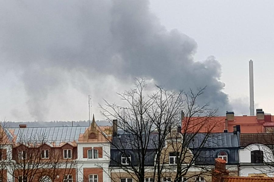 Brand på industriområdet – allmänheten varnas