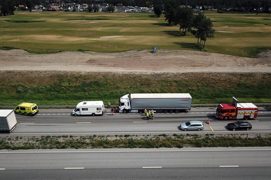 Lastbil i kollision med husbil