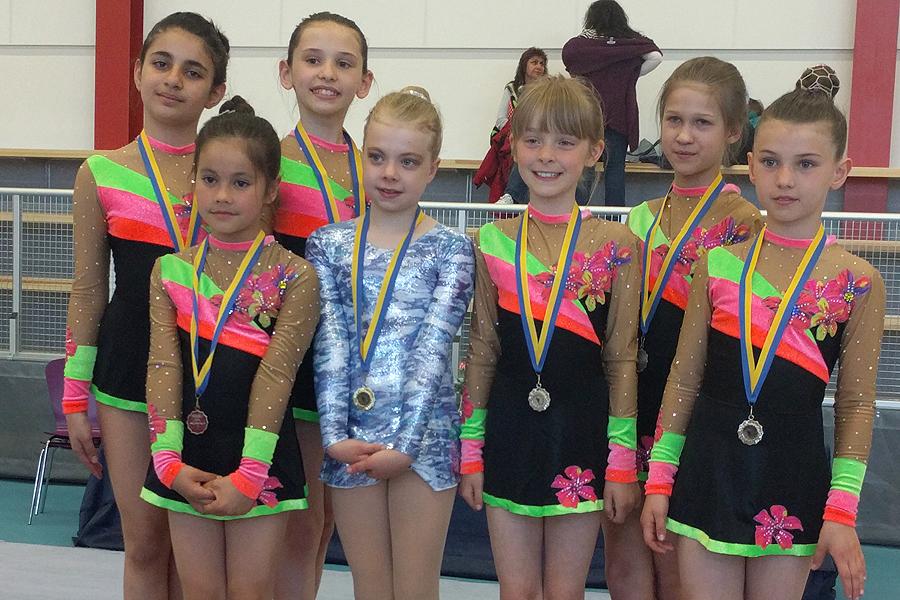 Rytmiska gymnaster tävlade på hemmaplan