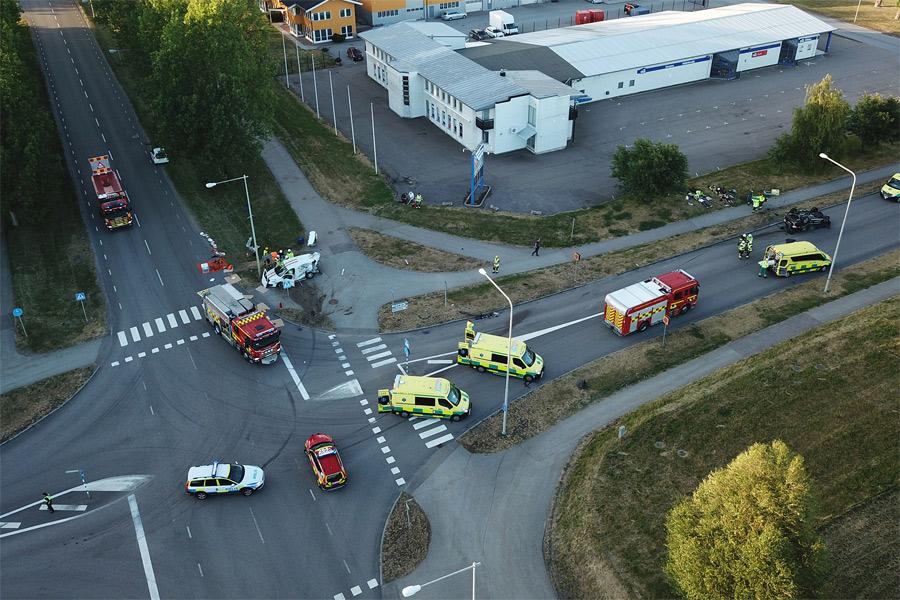Sju till sjukhus efter våldsam olycka