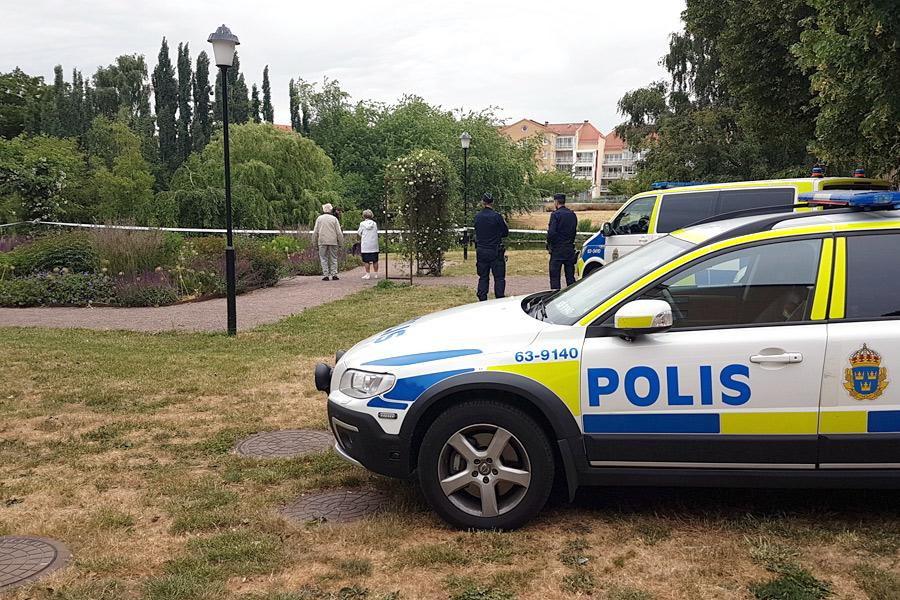 Skottdramat: Polisen söker efter föremål i dammen