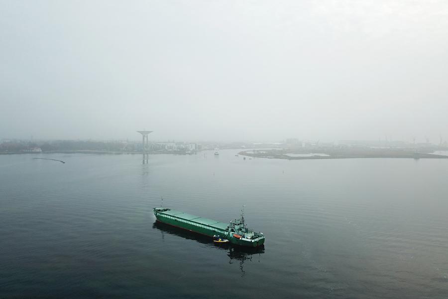 Fartyg på grund strax utanför hamnen