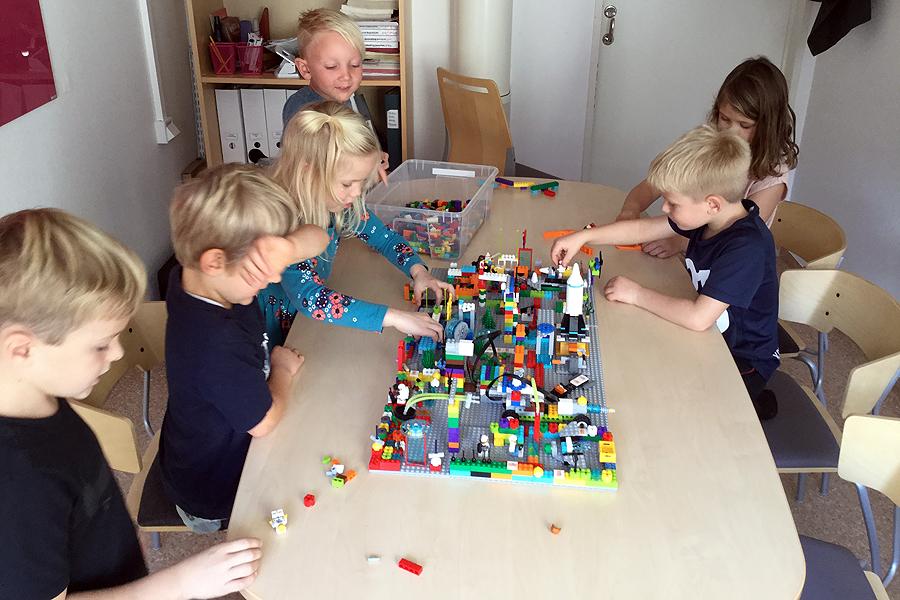 Barn och unga tävlar i världsomspännande – First Lego League