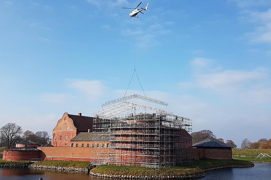 Spektakulärt lyft av helikopter