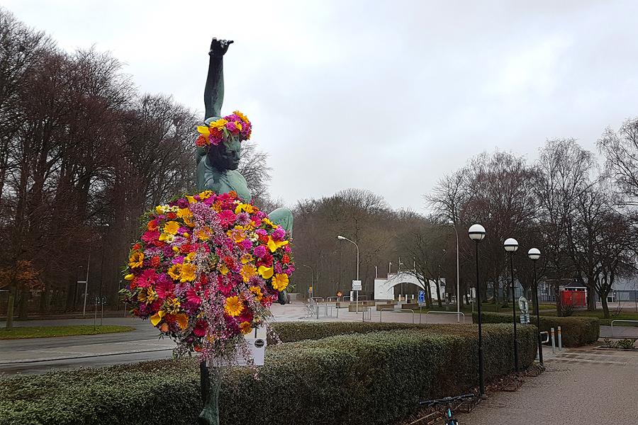 Blomsterkedja vill se fler kvinnliga statyer