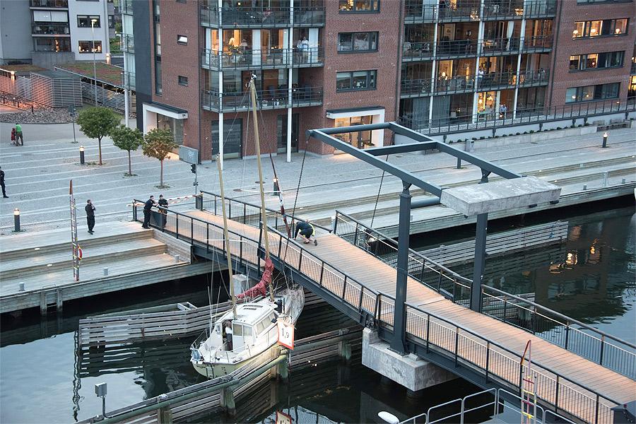 Segelbåt fastnade i bro