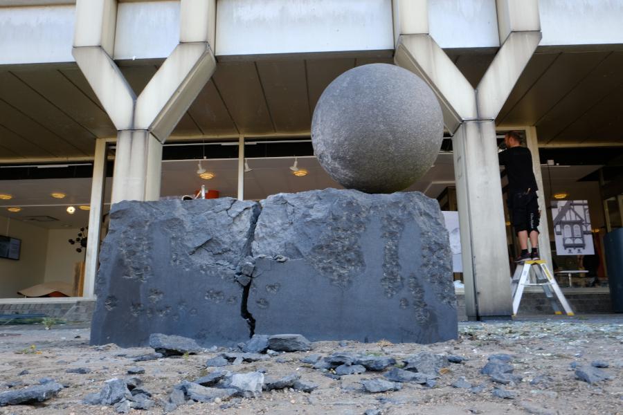 Kraftig detonation vid stadshuset