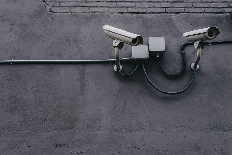 Öppning för övervakningskameror på stationerna