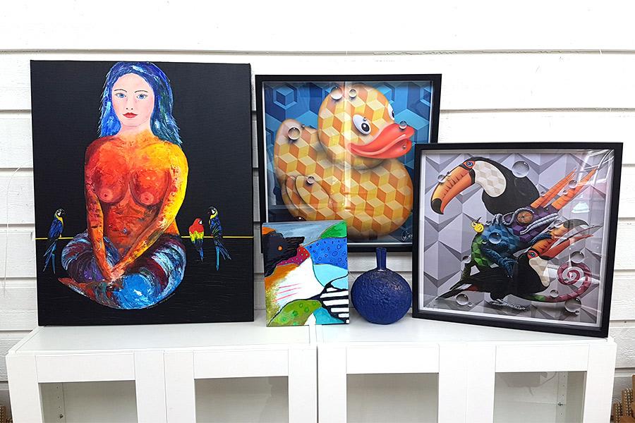 Tavlor, foto, glas och keramik på stödauktion