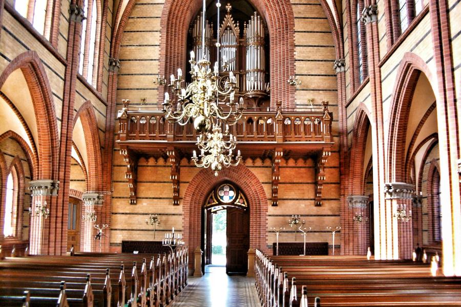 Omstridd kyrkoherde slutar