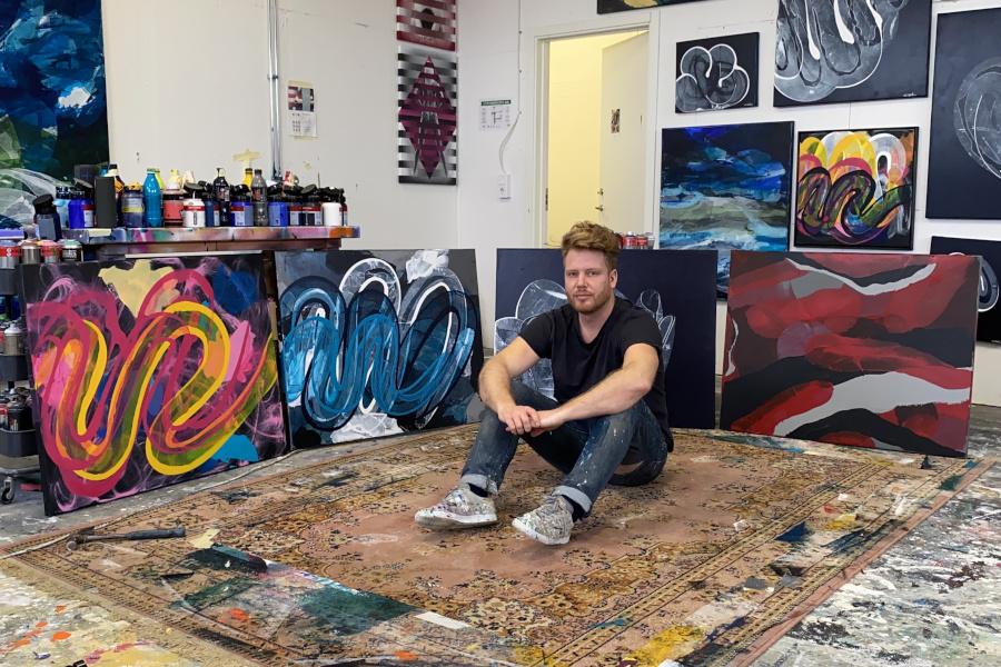 Hans målningar pryder yppersta musmattan